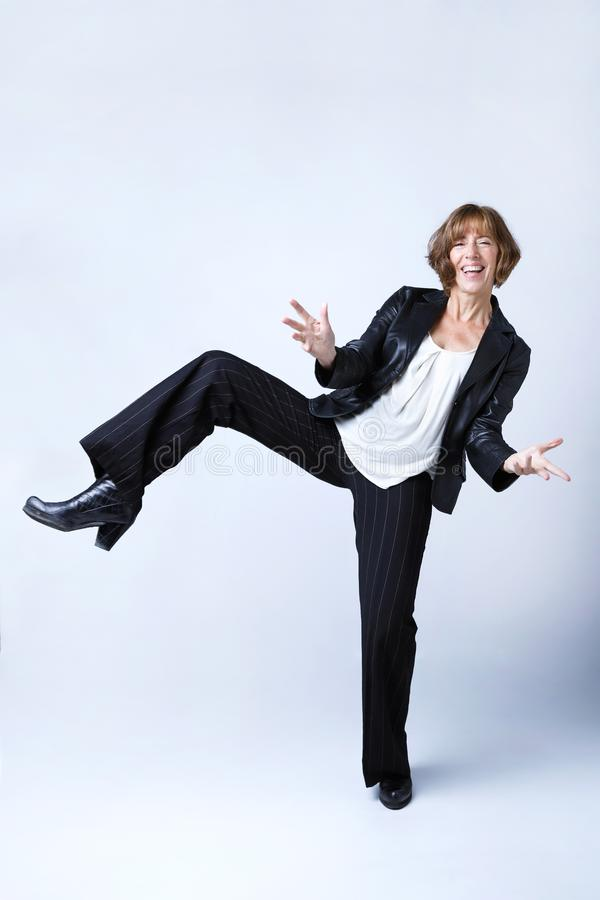 Mujer de moda que disfruta de tiempo y que presenta sobre el fondo blanco fotografía de archivo libre de regalías