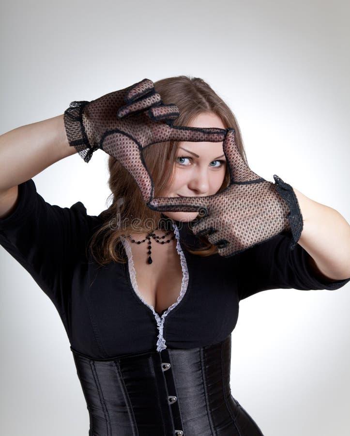 Mujer de moda que hace un marco con sus manos foto de archivo