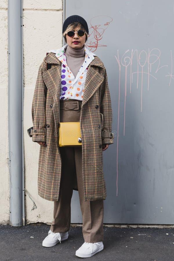 Mujer de moda que presenta en la semana de la moda del ` s de Milan Men foto de archivo