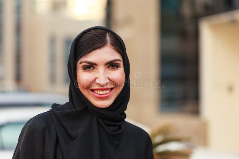 Mujer de negocios árabe de Emarati fuera de la oficina imagenes de archivo