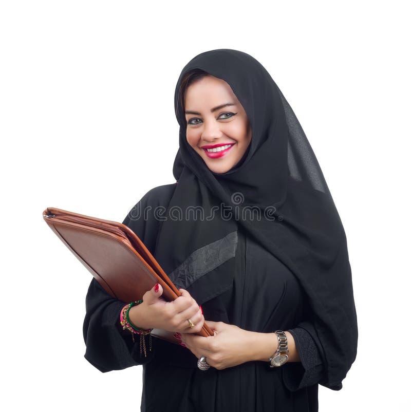 Mujer de negocios árabe que sostiene una carpeta aislada en blanco fotos de archivo libres de regalías