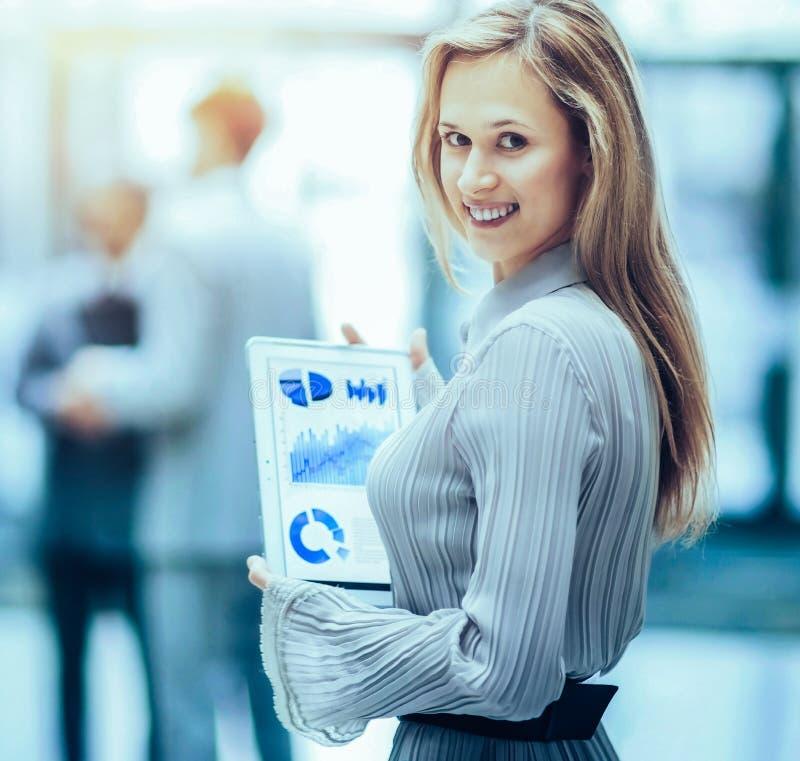 Mujer de negocios acertada con las cartas a disposici?n imagen de archivo libre de regalías