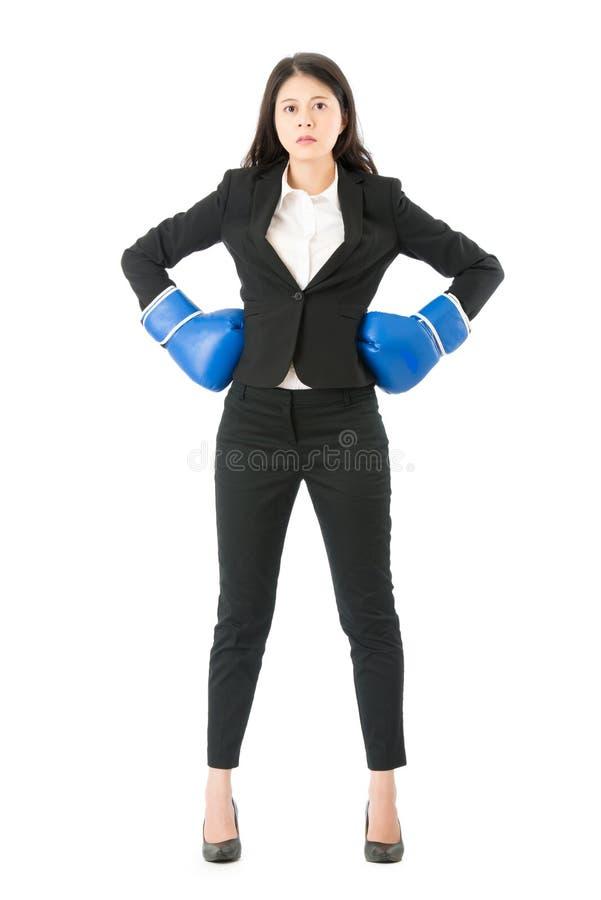Mujer de negocios acertada con los guantes de boxeo fotos de archivo libres de regalías