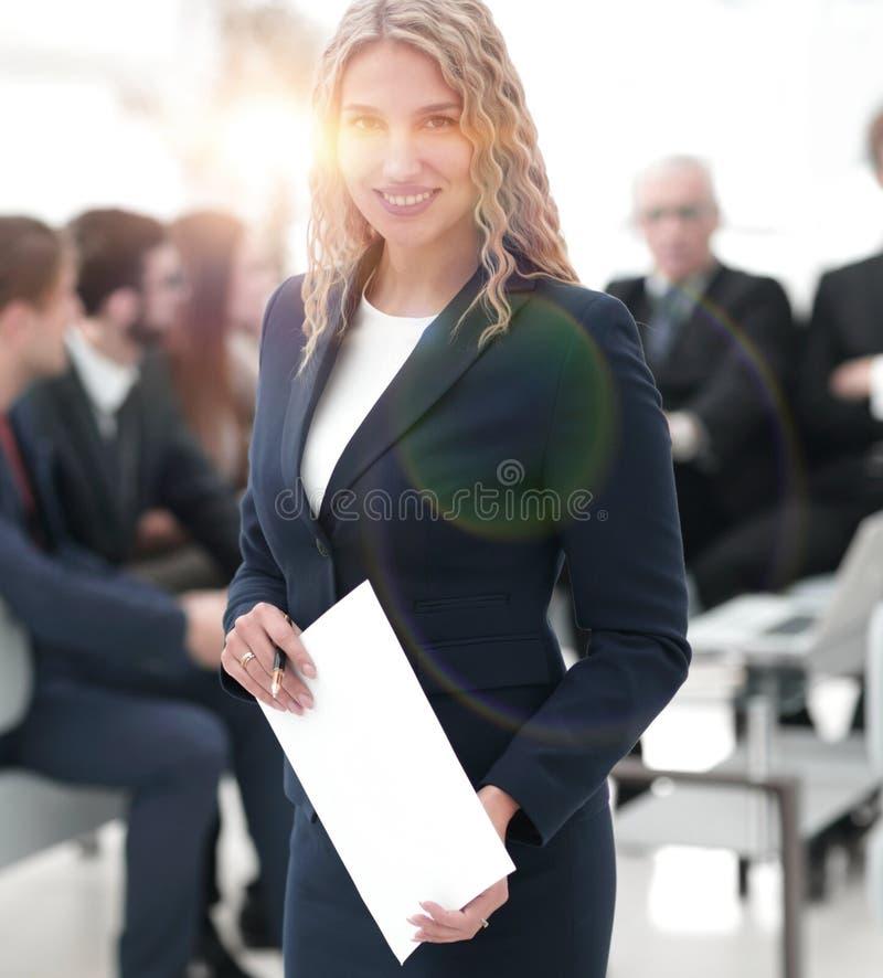 Mujer de negocios acertada en el fondo del equipo del negocio foto de archivo libre de regalías