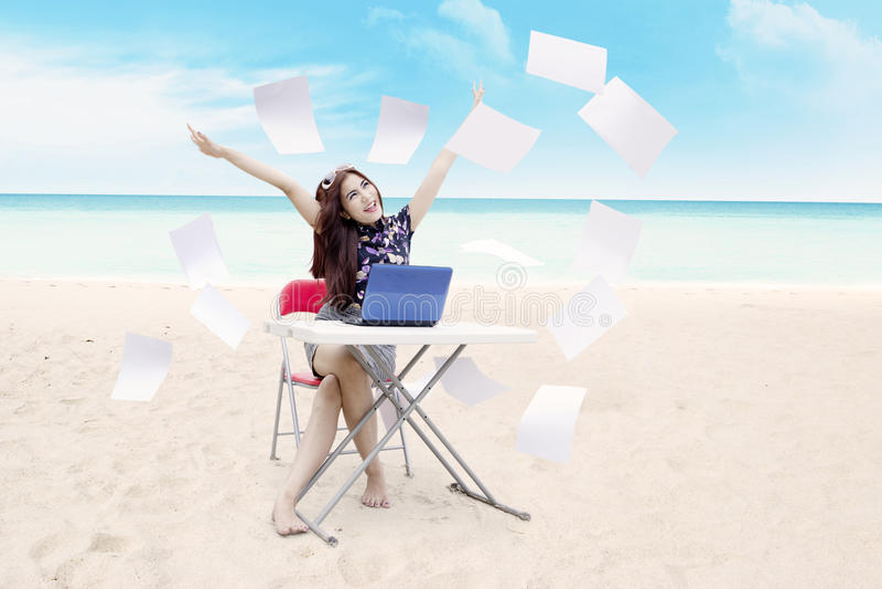 Mujer de negocios acertada en la playa fotografía de archivo