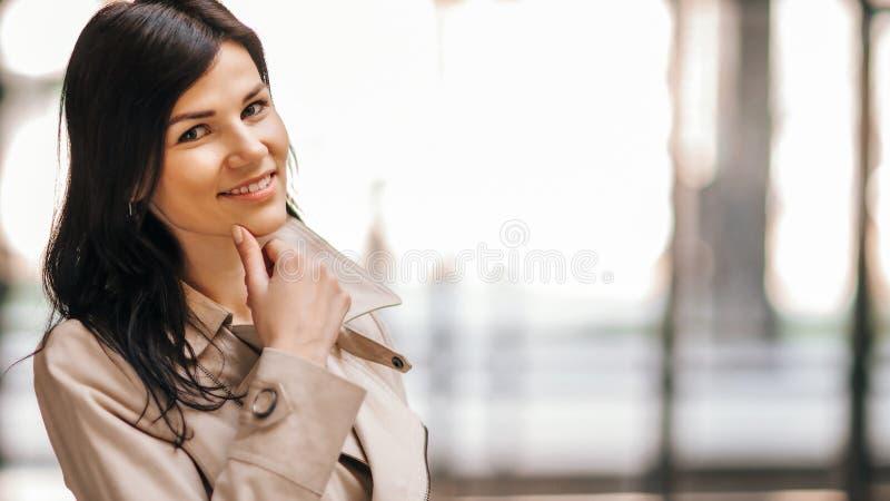 Mujer de negocios acertada en un fondo de una oficina espaciosa foto de archivo