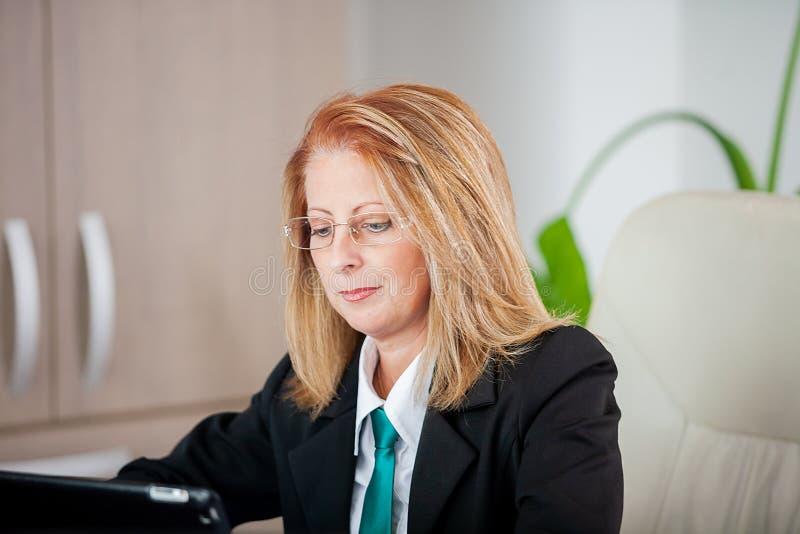 Mujer de negocios acertada fuerte en una reunión en la oficina imágenes de archivo libres de regalías