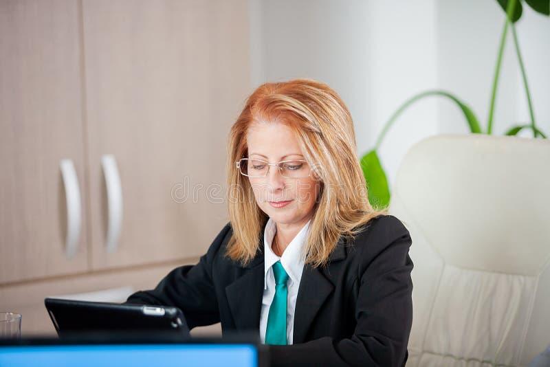 Mujer de negocios acertada fuerte en una reunión en la oficina imagen de archivo