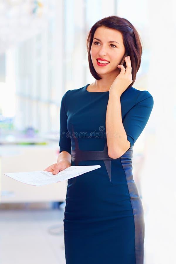 Mujer de negocios acertada que habla en el teléfono fotografía de archivo libre de regalías