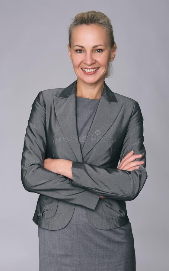 Mujer de negocios acertada que parece confiada y sonrisa fotografía de archivo