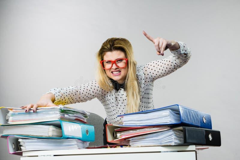 Mujer de negocios activada en oficina imágenes de archivo libres de regalías