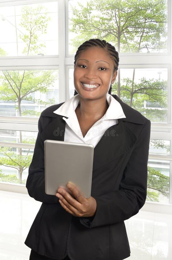 Mujer de negocios africana con Tablet PC foto de archivo libre de regalías