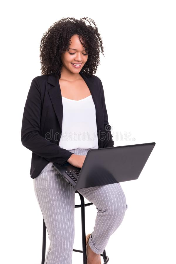 Mujer de negocios africana en el trabajo foto de archivo