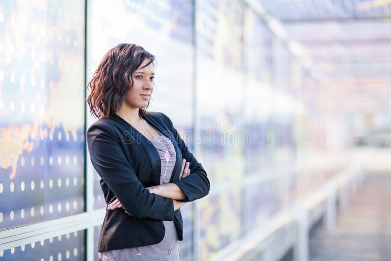 Mujer de negocios afroamericana al aire libre foto de archivo libre de regalías