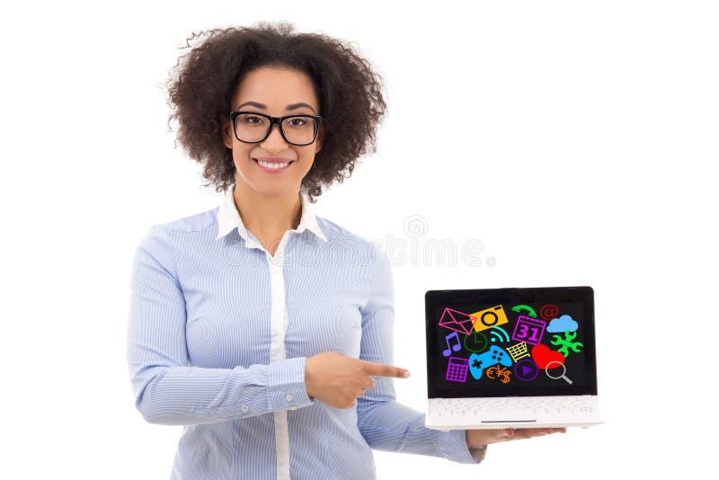 Mujer de negocios afroamericana hermosa que sostiene el ordenador portátil conmigo fotos de archivo libres de regalías