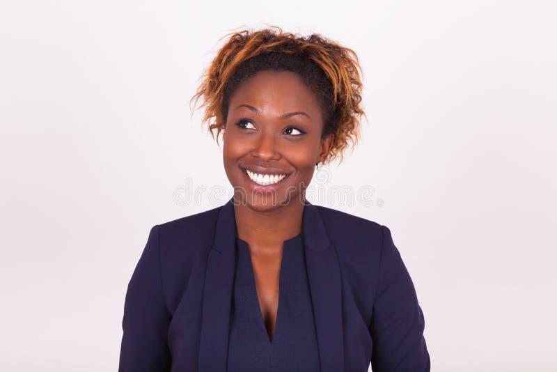 Mujer de negocios afroamericana que mira para arriba foto de archivo