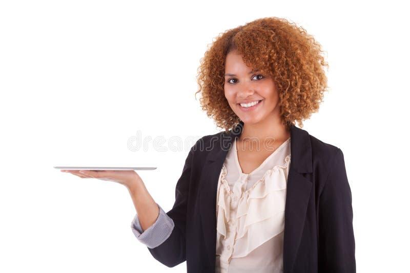 Mujer de negocios afroamericana que sostiene una tableta táctil - negro imagen de archivo libre de regalías