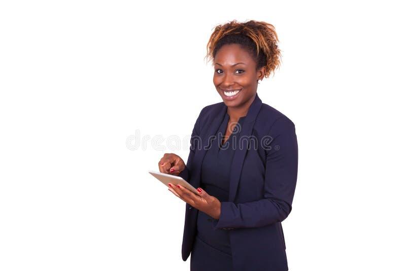 Mujer de negocios afroamericana que usa una tableta táctil imagen de archivo