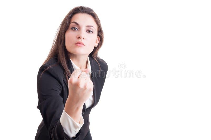 Mujer de negocios agresiva, líder o encargado mandón mostrando el puño foto de archivo libre de regalías