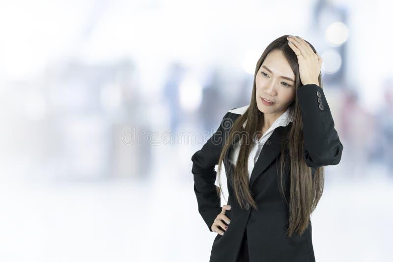 Mujer de negocios asiática con dolor de cabeza imagenes de archivo