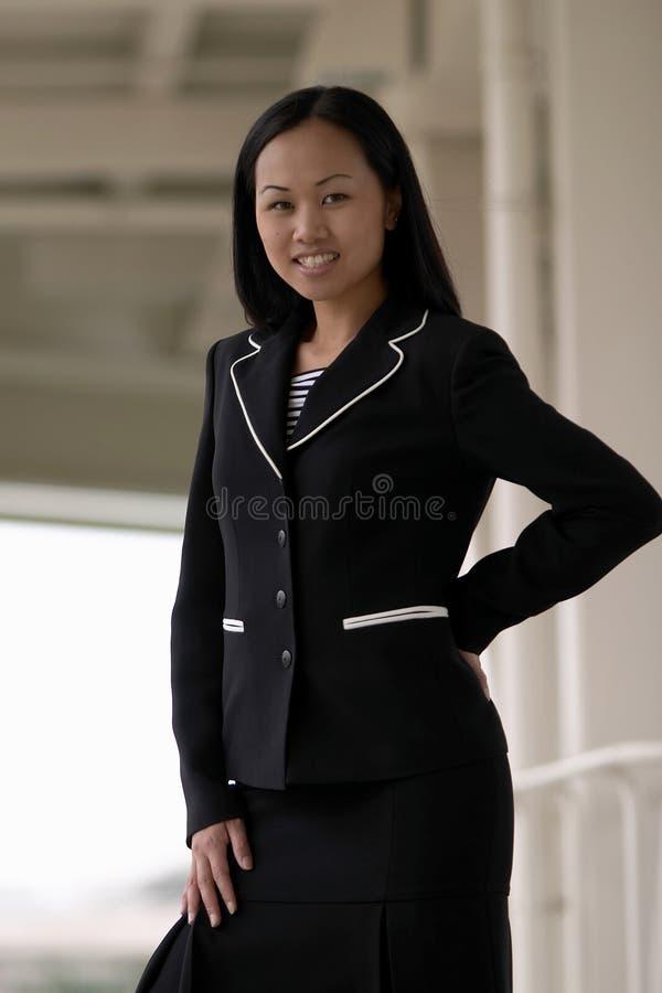 Mujer de negocios asiática con la mano en cadera fotografía de archivo libre de regalías