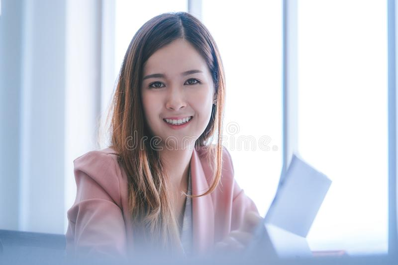Mujer de negocios asiática en retrato rosado fotos de archivo libres de regalías