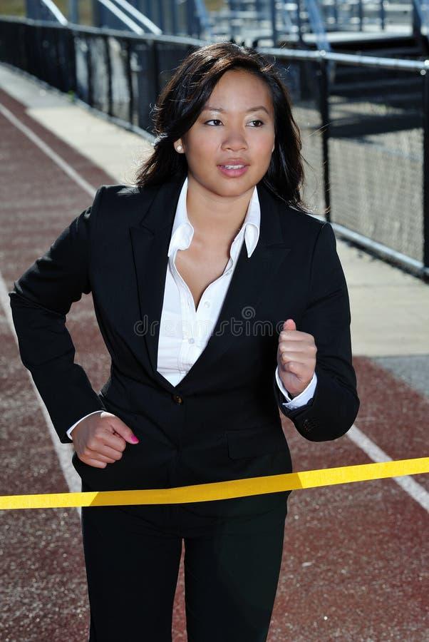 Mujer de negocios asiática en una raza - pista imagen de archivo