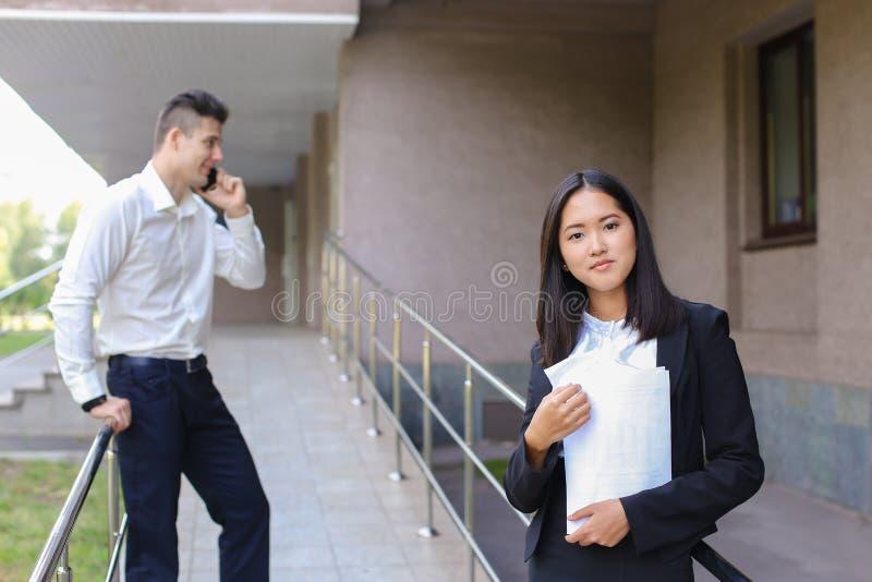 Mujer de negocios asiática encantadora joven, mirada femenina del retrato en la leva fotografía de archivo libre de regalías