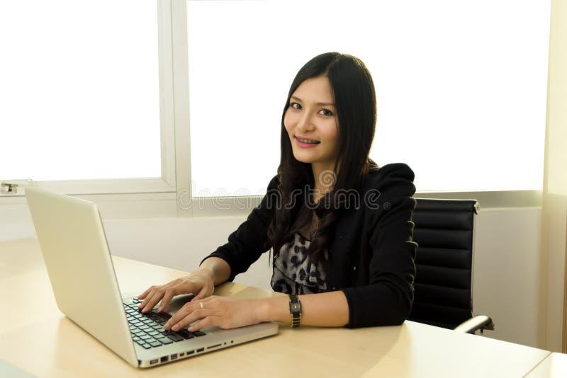 Mujer de negocios asiática joven imágenes de archivo libres de regalías