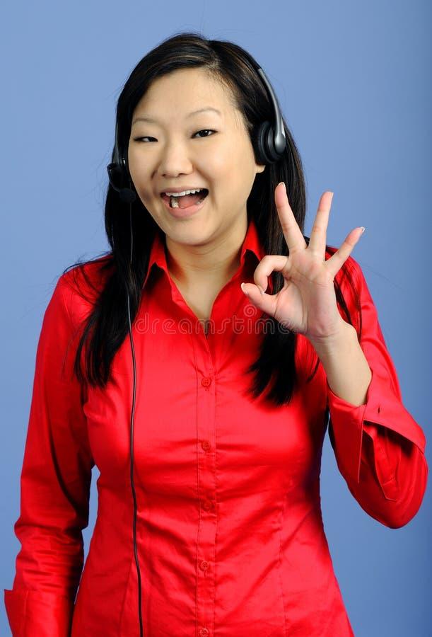 Mujer de negocios asiática que da la muestra ACEPTABLE foto de archivo libre de regalías