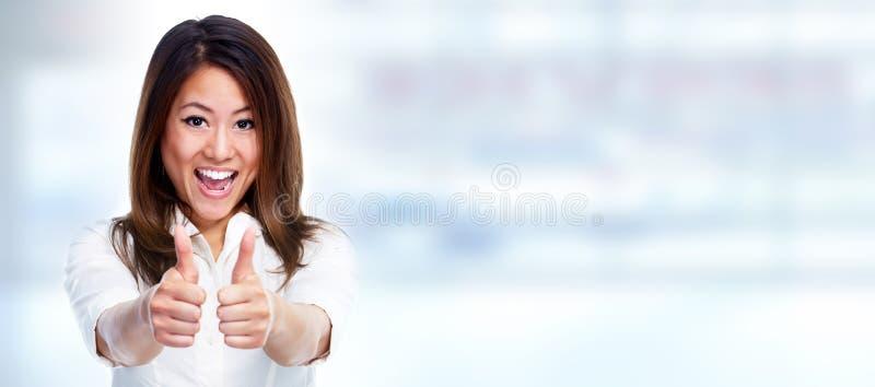 Mujer de negocios asiática que muestra el pulgar foto de archivo libre de regalías