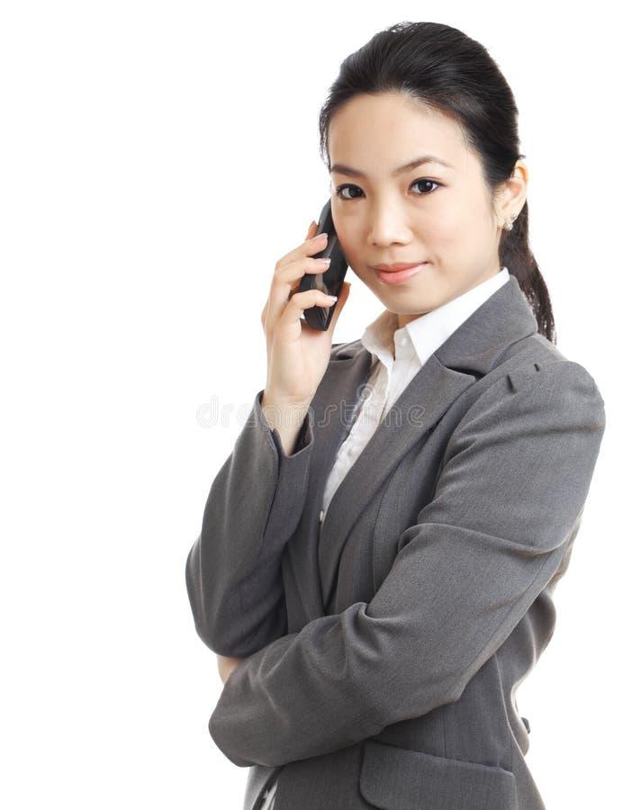 Mujer de negocios asiática que usa el teléfono móvil fotografía de archivo libre de regalías