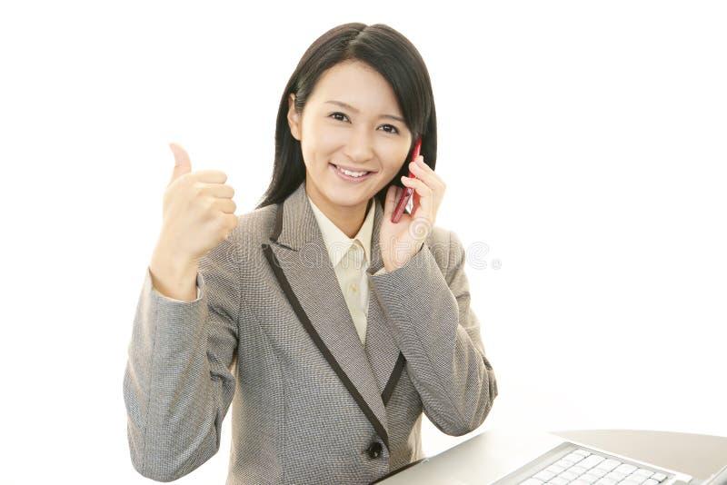 Mujer de negocios asiática sonreída imagen de archivo