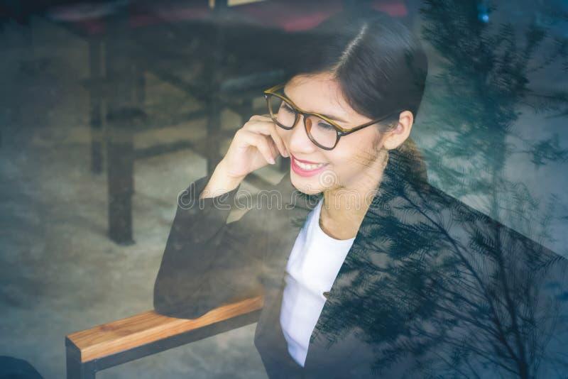 Mujer de negocios asiática sonriente del sitio exterior fotos de archivo libres de regalías