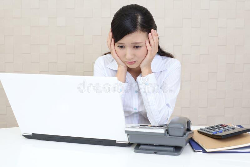 Mujer de negocios asi?tica cansada y subrayada foto de archivo libre de regalías
