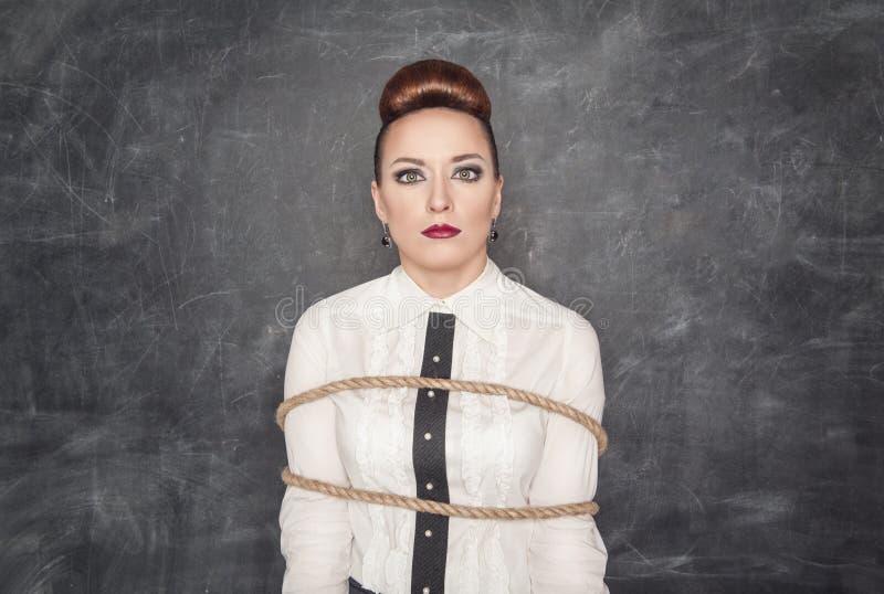 Mujer de negocios asustada atada con la cuerda foto de archivo libre de regalías