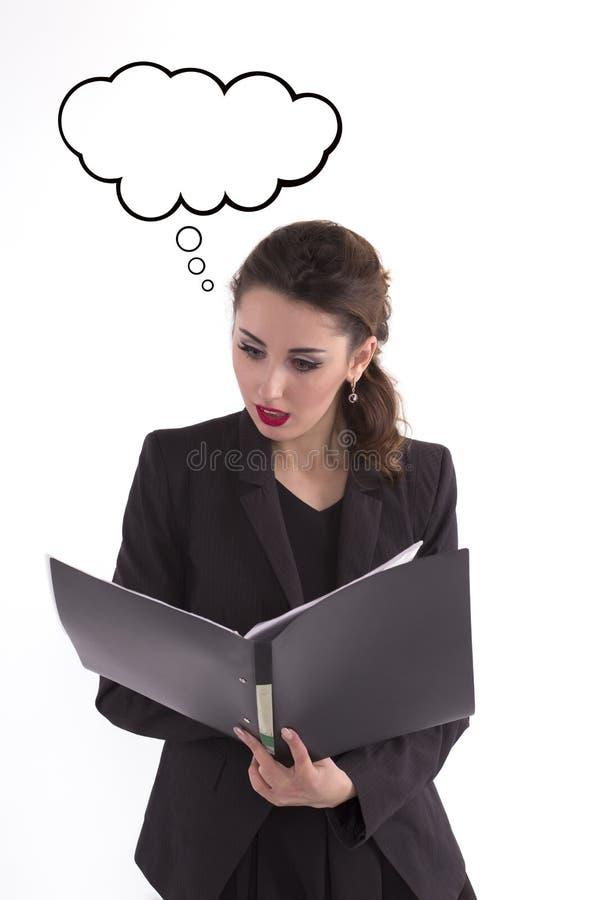 Mujer de negocios asustada que mira los papeles en la carpeta espacio fotografía de archivo libre de regalías