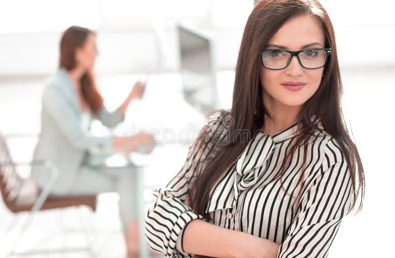 Mujer de negocios atractiva en el fondo de la oficina fotos de archivo