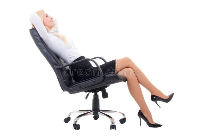 Mujer de negocios atractiva feliz que se sienta en la silla de la oficina aislada en wh fotos de archivo libres de regalías