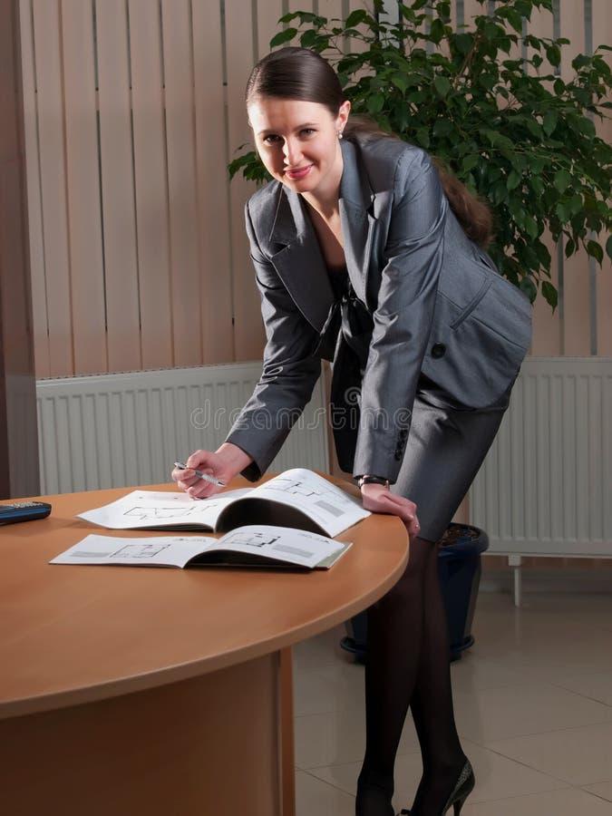 Mujer de negocios atractiva joven fotografía de archivo