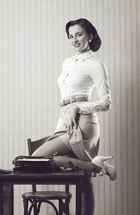 Pin encima de la secretaria de la muchacha imagenes de archivo