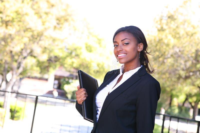 Mujer de negocios bastante africana imagenes de archivo