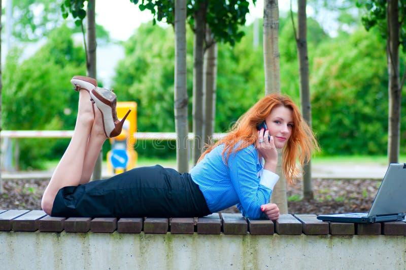 Mujer de negocios bastante joven que usa el teléfono móvil fotos de archivo libres de regalías