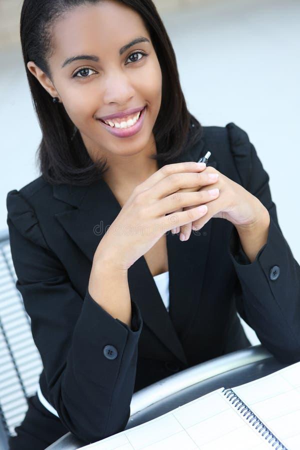 Mujer de negocios bonita del afroamericano imagen de archivo libre de regalías
