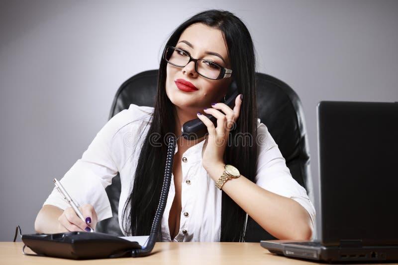 mujer de negocios bonita joven que trabaja en su oficina fotografía de archivo