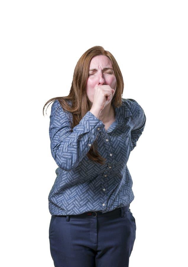 Mujer de negocios bonita que hace gesto de la tos sobre el fondo blanco imagen de archivo