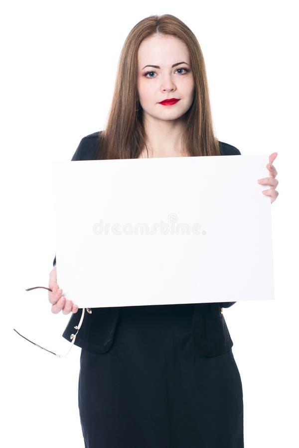 Mujer de negocios bonita que lleva a cabo una muestra en blanco fotos de archivo libres de regalías
