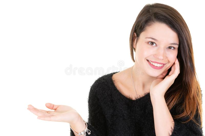 Mujer de negocios bonita sonriente que presenta a espacio de la copia del lado del finger el fondo blanco de la pared imágenes de archivo libres de regalías