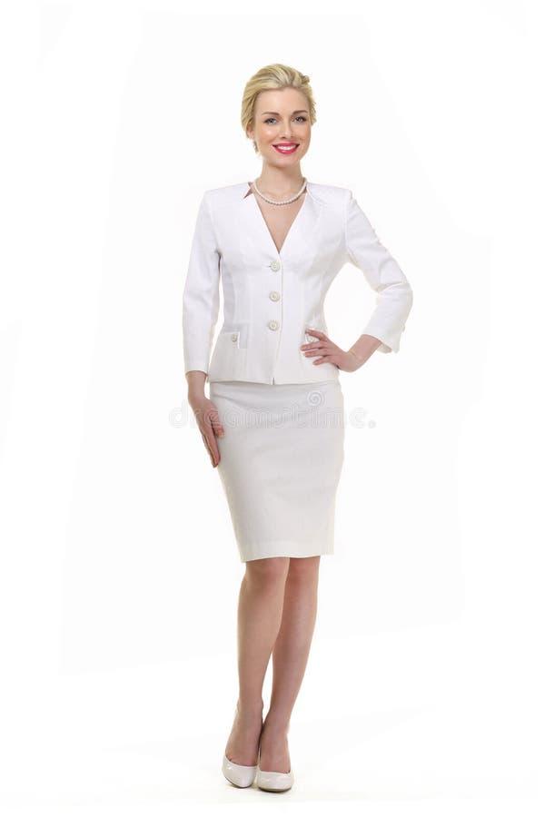Mujer de negocios cabelluda rubia en el traje blanco del verano foto de archivo
