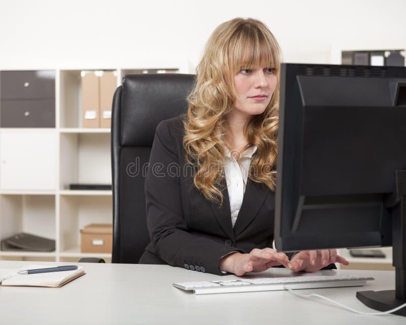 Mujer de negocios cabelluda rubia hermosa joven fotografía de archivo